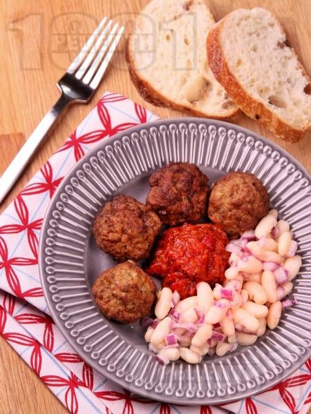 Бабини пухкави пържени кюфтета с гарнитура от бобена салата и лютеница - снимка на рецептата